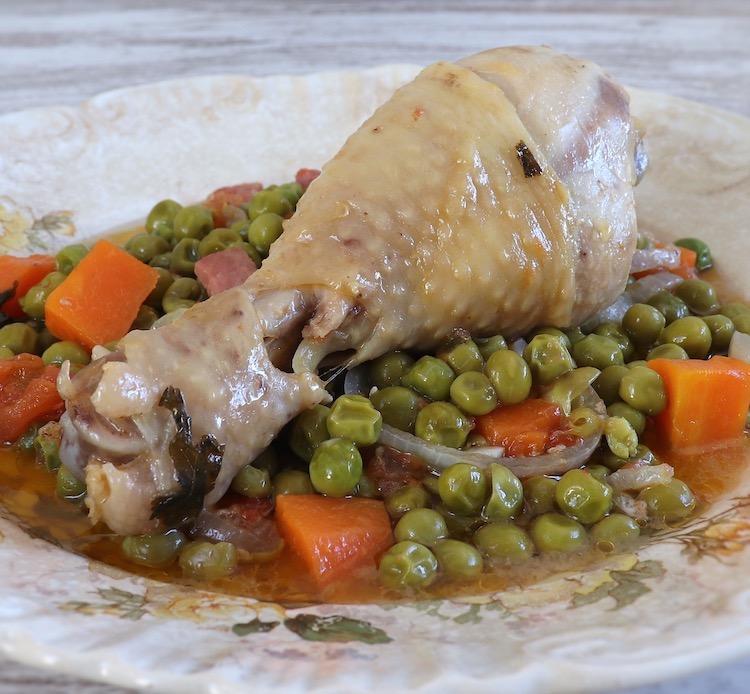 Frango guisado com ervilhas e cenoura num prato