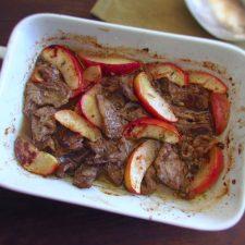 Bifes com maçã no forno numa assadeira