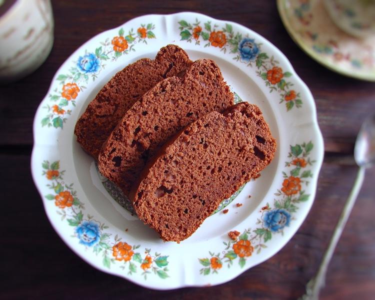 Fatias de bolo de três sabores num prato