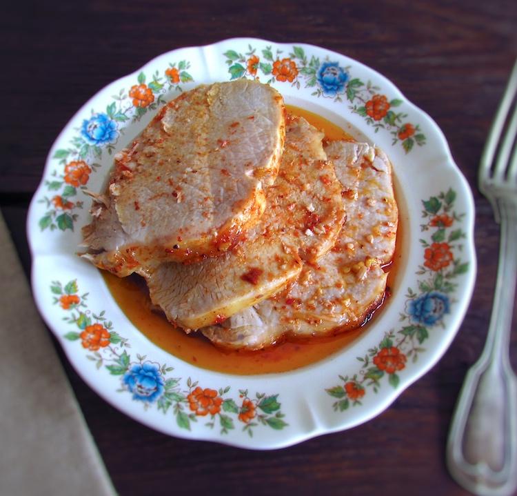 Fatias de lombo de porco simples no forno num prato