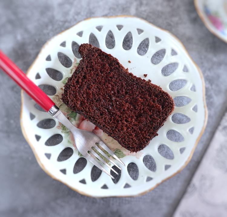 Fatia de bolo de cacau num prato