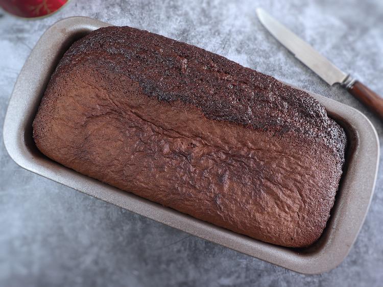 Bolo de cacau numa forma de bolos rectangular