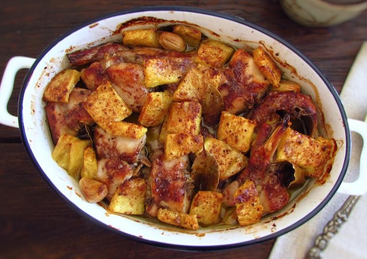 Coelho no forno com ananás numa assadeira