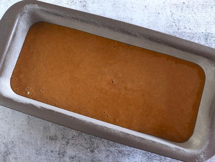 massa de bolo de limão e orégãos numa forma de bolos rectangular