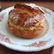 Broa de milho recheada com frango e chouriço num prato