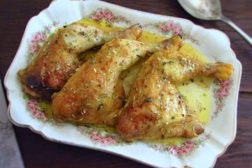 Coxas de frango no forno com mostarda numa travessa