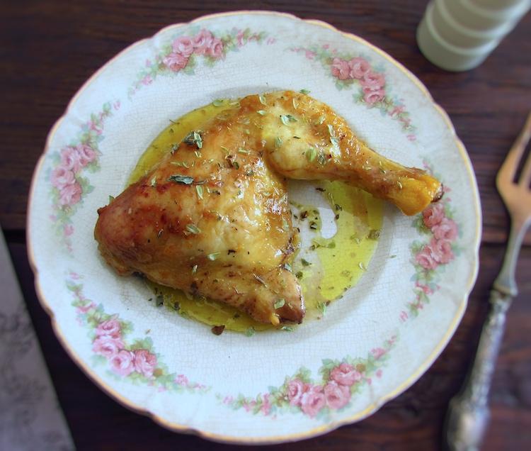 Coxa de frango no forno com mostarda num prato