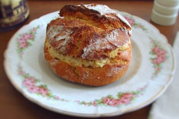 Portuguese cornbread stuffed with chicken chouriço num prato