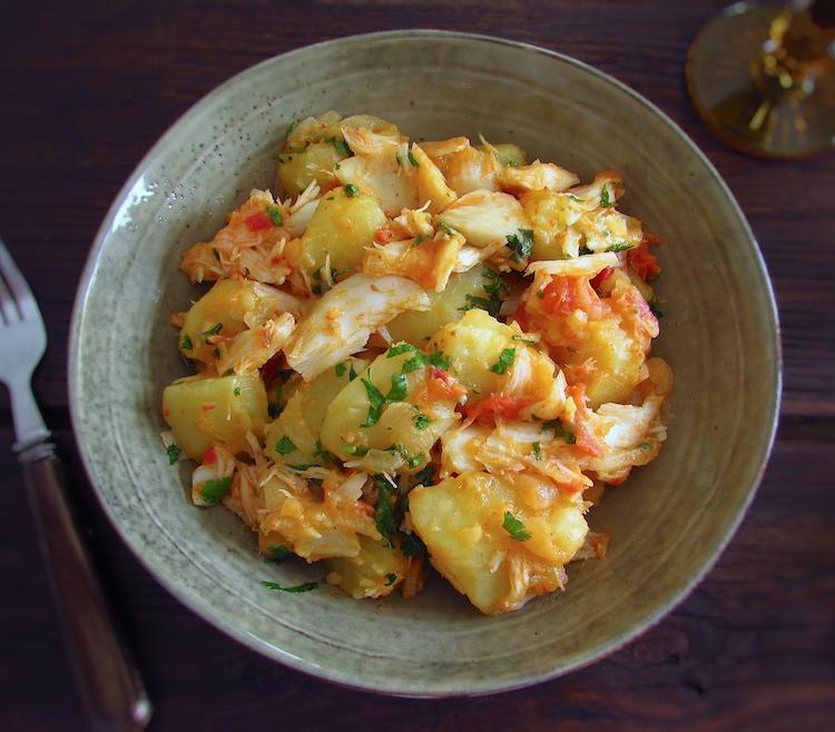 Bacalhau com batatas num prato fundo