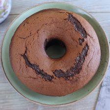 Bolo de chocolate e framboesa num prato