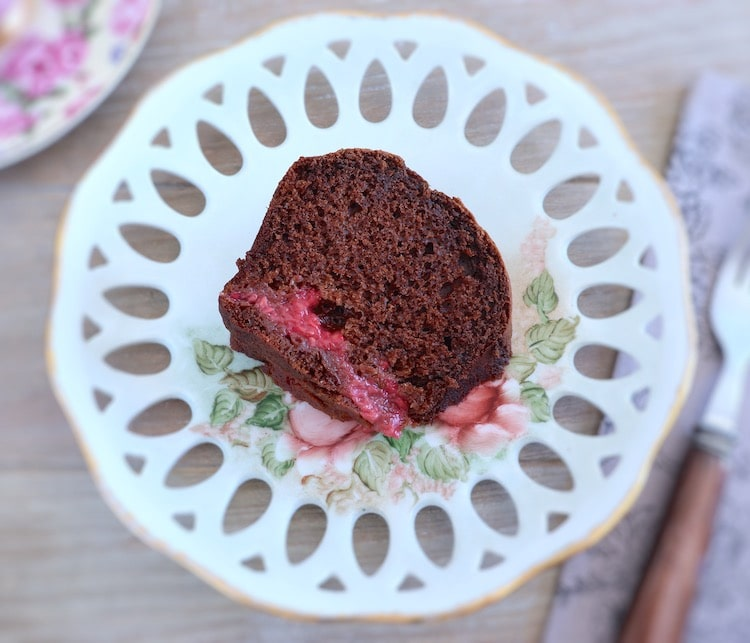 Fatia de bolo de chocolate e framboesa num prato