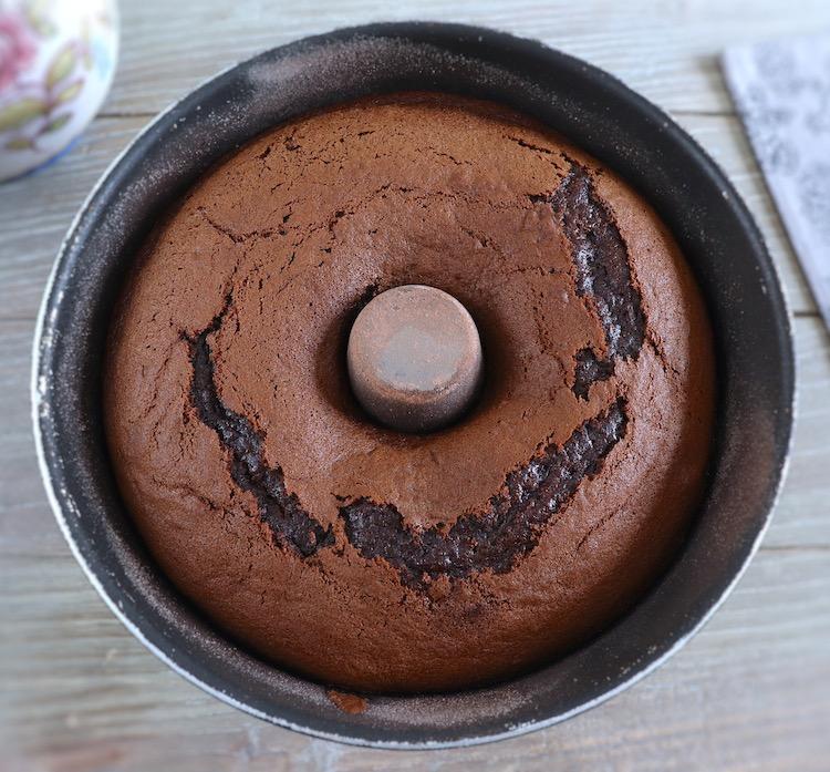 Bolo de chocolate e framboesa numa forma de bolos redonda com furo no meio