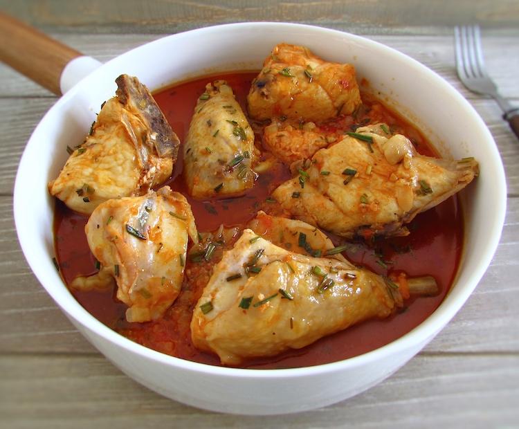 Frango com molho de tomate e alecrim num prato