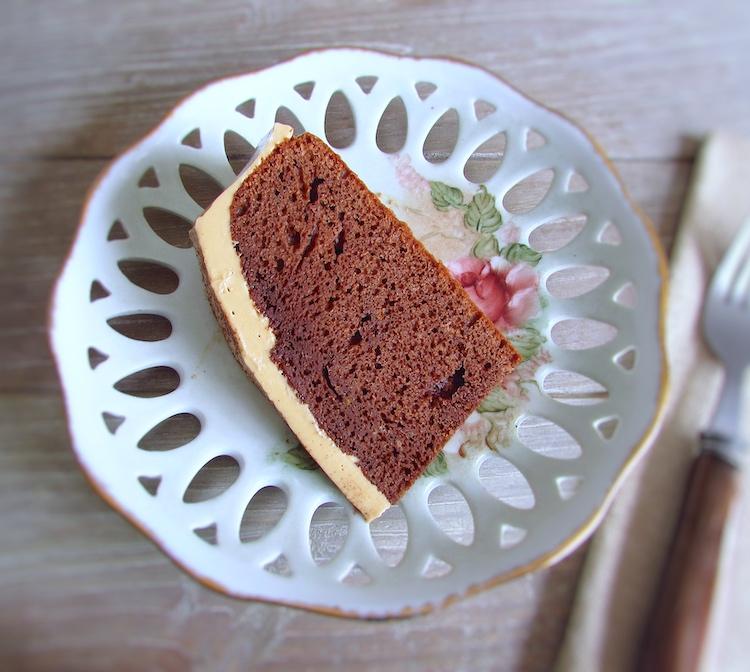 Fatia de bolo de chocolate com creme de café num prato