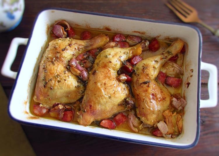 Coxas de frango no forno com chouriço e alho numa assadeira