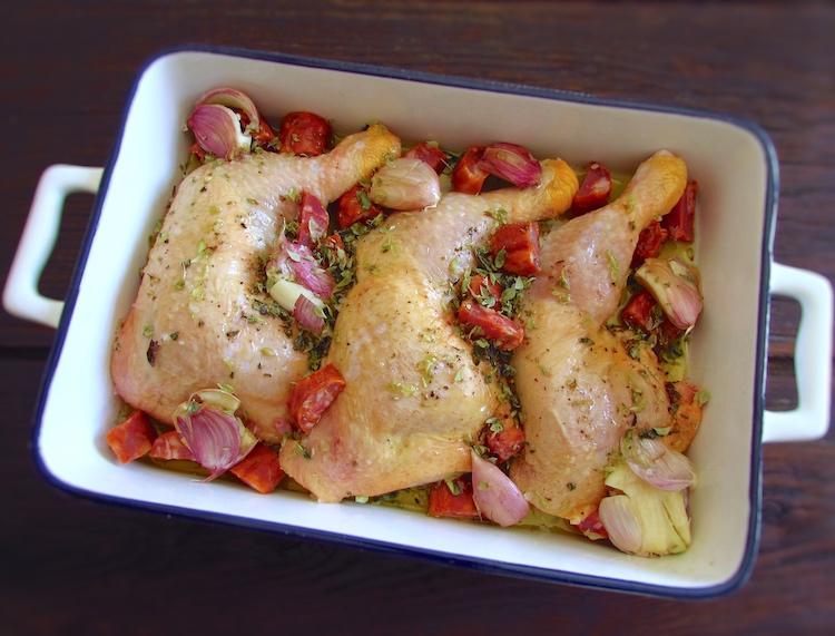 Coxas de frango com chouriço e alho numa assadeira