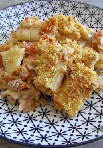 Atum com massa e broa de milho no forno num prato com um garfo