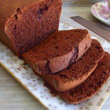 Fatias de bolo de chocolate e leite numa travessa