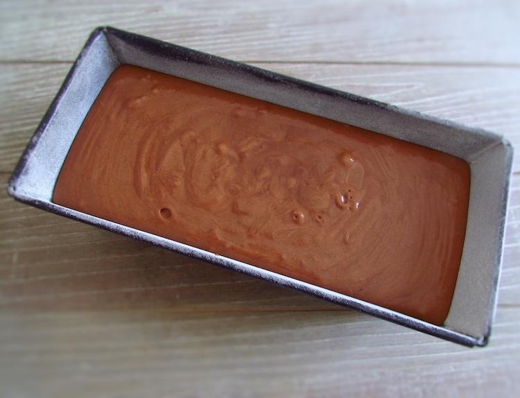 Massa de bolo de chocolate e leite numa forma de bolos rectangular