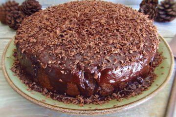 Bolo de chocolate e manteiga num prato