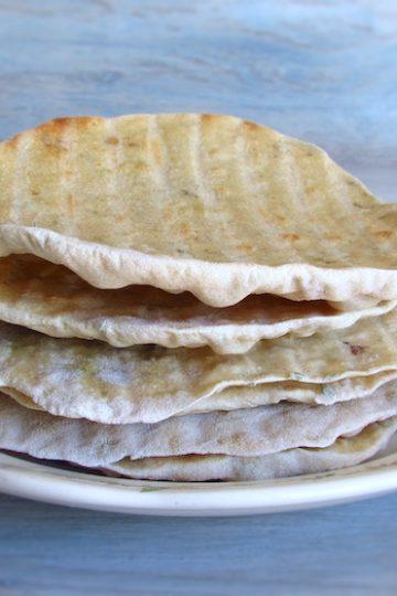Pães de orégãos num prato