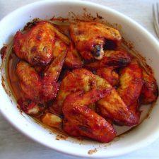 Asas de frango no forno numa assadeira