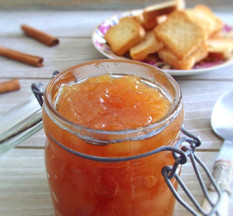 Doce de pera e mel num frasco com tostas e paus de canela