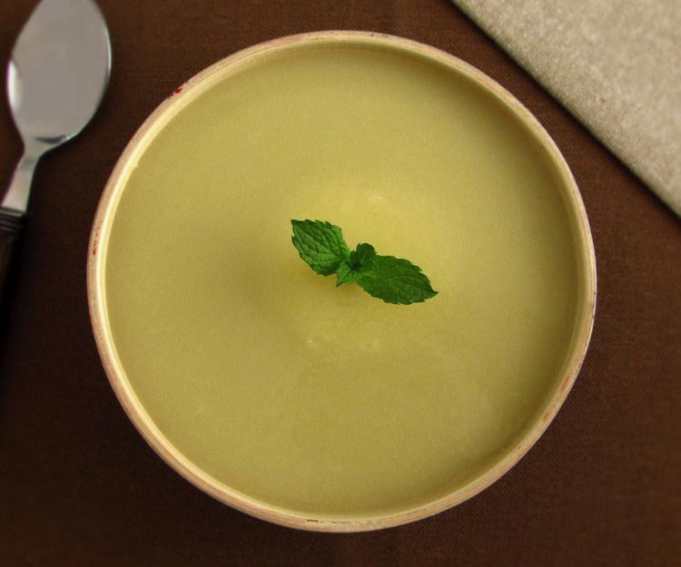 Sopa de cebola numa tigela de sopa