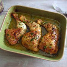 Coxas de frango simples no forno numa assadeira