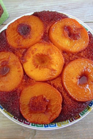 Bolo de pêssego caramelizado num prato