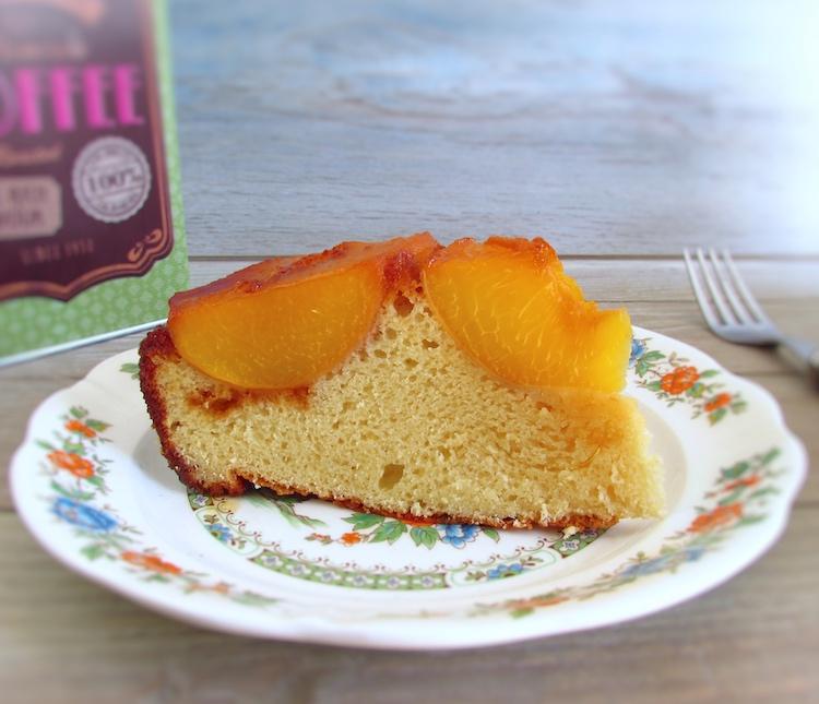 Fatia de bolo de pêssego caramelizado num prato