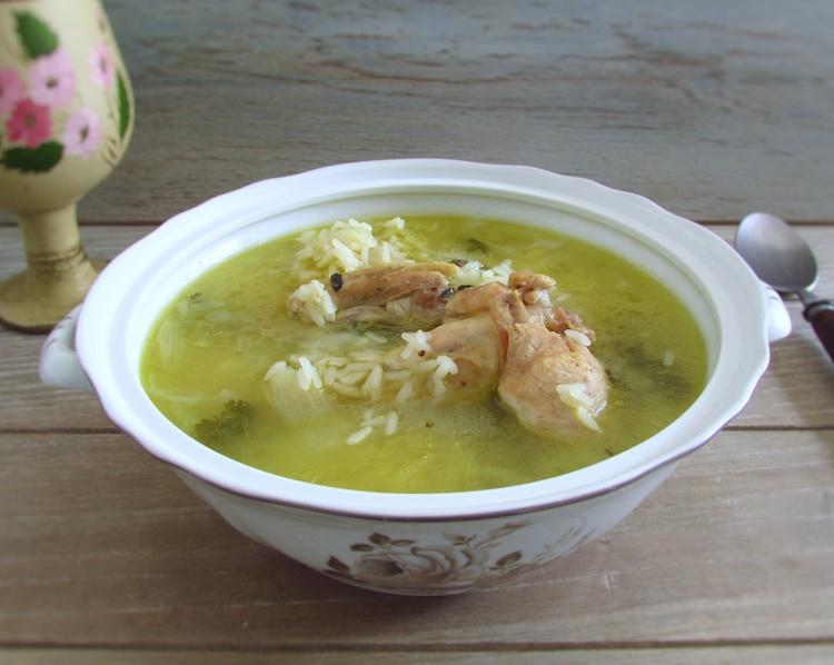 Canja de galinha com arroz numa tigela de sopa