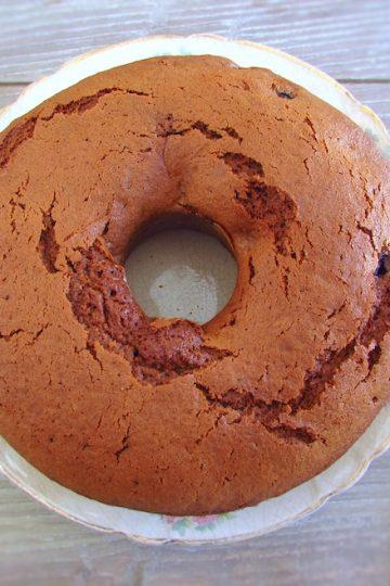 Bolo de açúcar mascavado e frutos vermelhos num prato