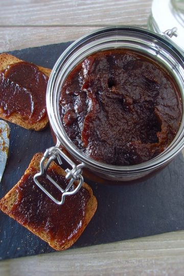 Doce de marmelo e açúcar mascavado num frasco