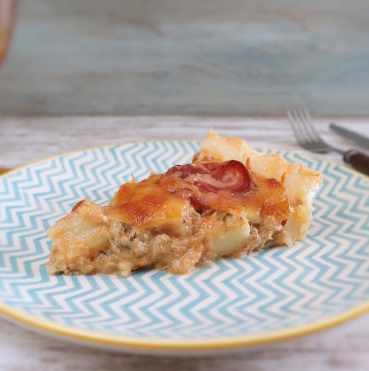 Fatia de tarte de atum com batata e chourição num prato