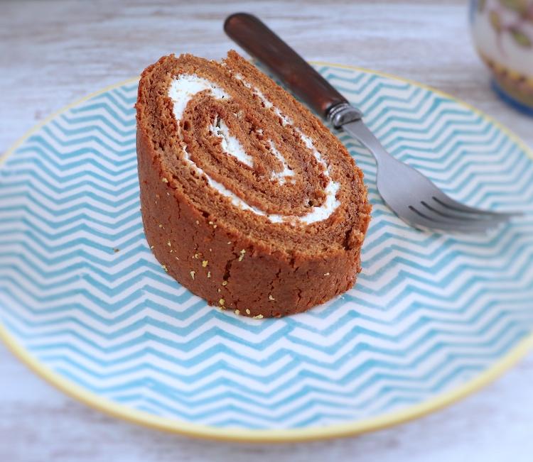 Fatia de torta recheada com chantilly num prato