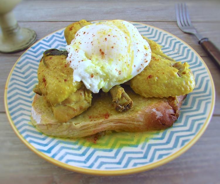 Frango guisado com ovos escalfados num prato