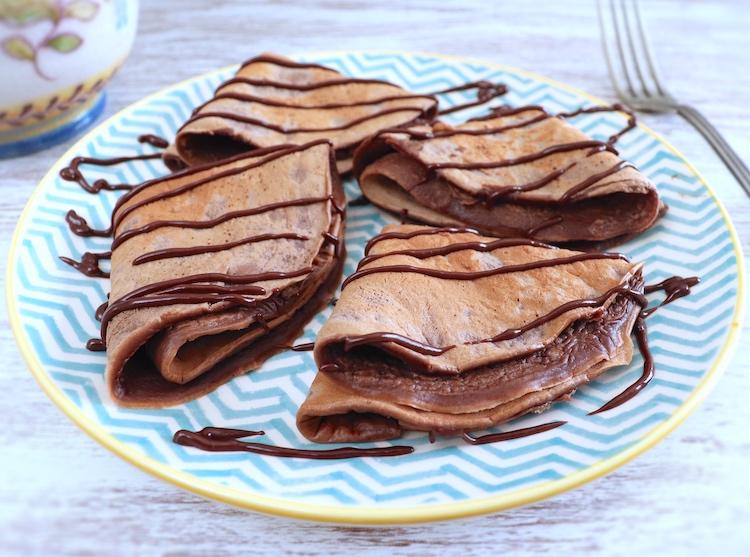 Crêpes au chocolat sur une plaque