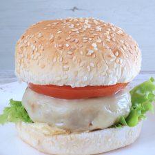 Hambúrguer com queijo caseiro num prato
