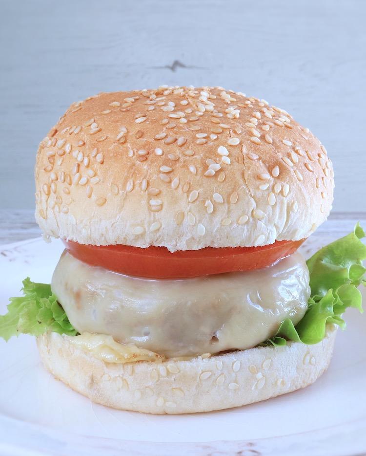 Cheeseburger fait maison sur une plaque