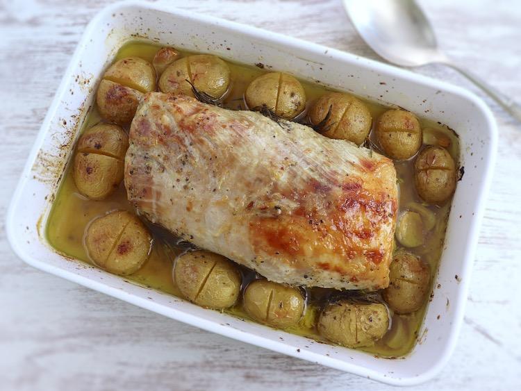 Lombo de porco no forno com alecrim e mel numa assadeira