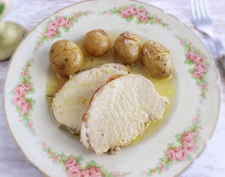 Fatias de lombo de porco com batatas num prato