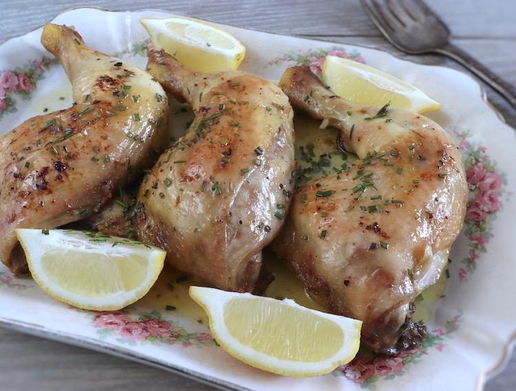 Coxas de frango no forno com alho e limão numa travessa