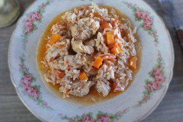 Arroz de frango e cenoura num prato