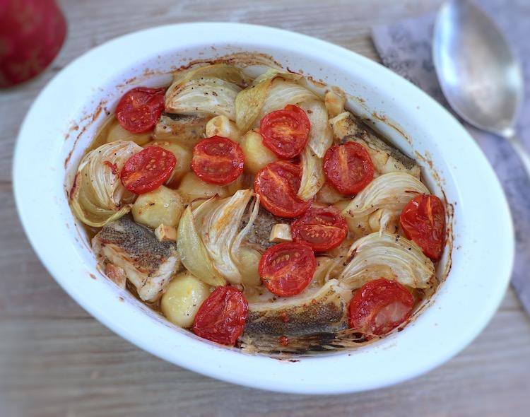 Bacalhau com batatas no forno numa assadeira