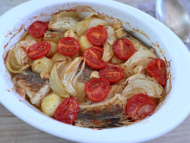 Morue aux pommes de terre au four sur un plat allant au four