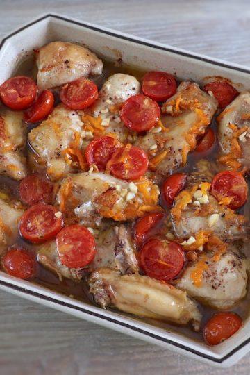 Frango no forno com tomate cherry e cenoura numa assadeira