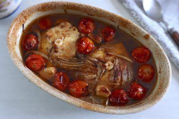 Cação no forno com tomate cherry numa assadeira