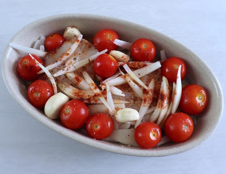 Cação numa assadeira com tomate cherry, azeite, vinho branco, cebola, alhos, sal, pimenta e pimentão doce