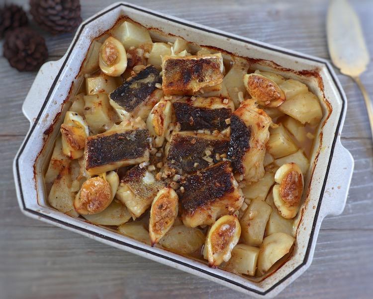 Bacalhau no forno com batatas e ovo numa assadeira